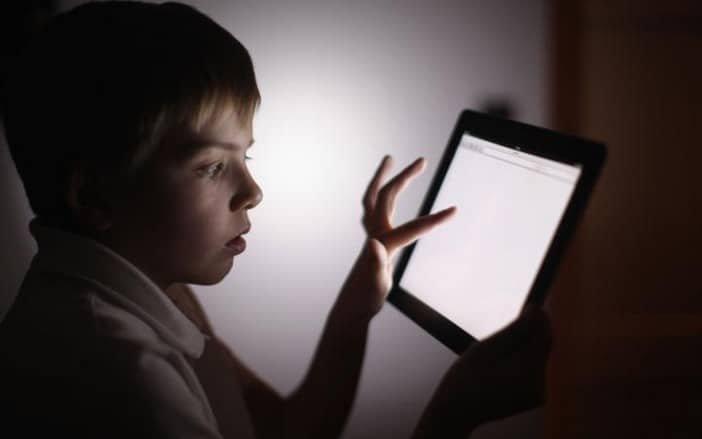 Le danger de l'exposition des enfants aux ondes des téléphones et tablettes